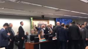 Sessão na CCJ que discutia reforma é suspensa, porque deputado goiano estaria armado
