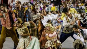 Confusões não ofuscam brilho do último dia das escolas de samba em São Paulo
