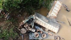 Embriagado, motorista perde controle e carreta cai em córrego no interior de Goiás