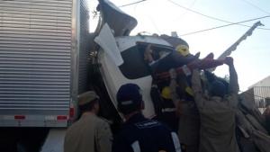 Caminhão bate e derruba muro de maternidade em Senador Canedo. Veja fotos