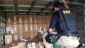 PRF apreende carga de cigarros contrabandeados avaliada em R$ 2 milhões