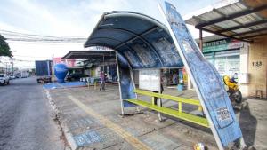 Deteriorados, pontos de ônibus da Capital oferecem perigo a usuários do transporte coletivo