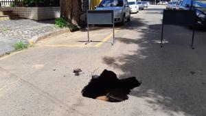 Moradores interditam via após buraco abrir no meio da rua em Goiânia