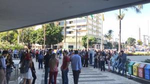 Alarme de incêndio é acionado e servidores do Palácio Pedro Ludovico evacuam prédio