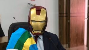 Contra cassação, vereador se veste de Homem de Ferro na Câmara de Caldas Novas