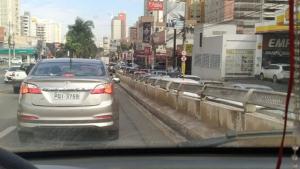 Reparo em rede elétrica deixa trânsito lento na Avenida T-63