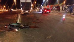 Motociclista morre após ser arrastado por caminhão em Goiânia