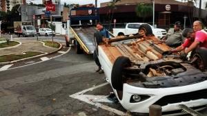 Carro capota após colisão em cruzamento próximo ao Piquiras, no Setor Marista