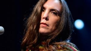 Adriana Calcanhoto se apresenta esta noite no Teatro Goiânia