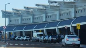 Após cancelamento de voos, carregamento de combustível chega ao aeroporto de Goiânia