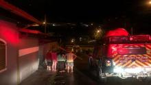 Bombeiros resgatam famílias de alagamento em Anápolis