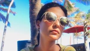Backing vocal de Aline Barros diz que foi demitida por ser gay e pede indenização de R$ 1 milhão