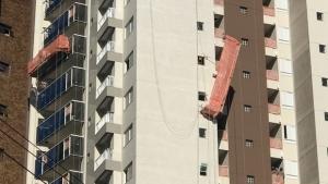 Andaime cede e pedreiro fica preso a dez metros de altura em Goiânia