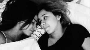 Anitta leva uma fã para morar em sua casa e seguidores insinuam romance