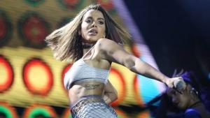 """Villa Mix deixa de transmitir show de Anitta e cantora rebate: """"Pobres de espírito"""""""