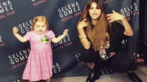 Ao lado de Selena Gomez, garotinha com doença rara rouba cena mais uma vez