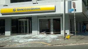 Criminosos explodem caixas eletrônicos de banco no Setor Bueno