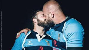 Capa de revista esportiva com beijo entre jogadores gays causa polêmica