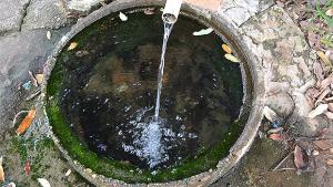Em Uruaçu, mina d'água potável jorra desde 1940