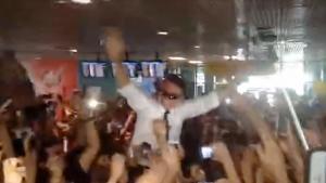 """Bolsonaro é recebido como """"mito"""" e carregado por multidão em Manaus"""