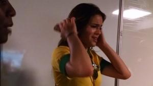 Fotos de Bruna Marquezine aos prantos após lesão de Neymar ganham a rede