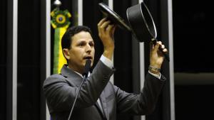 Deputado tucano leva panela para tribuna e homenageia manifestação de domingo na Câmara