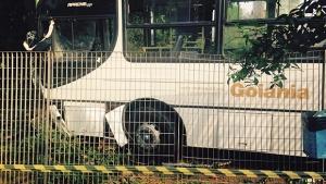Ônibus invade jardim do Goiânia Shopping após motorista passar mal