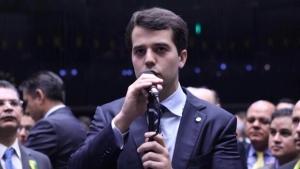 Filho de ex-governador é expulso duas vezes de camarote na Sapucaí, diz coluna