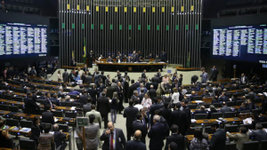 PEC que reduz número de deputados e senadores recebe apoio nas redes sociais