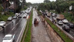 Caminhão tanque cai no Córrego Botafogo; há vazamento de combustível