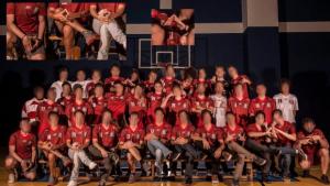 Time universitário causa revolta ao posar para foto fazendo gestos obscenos