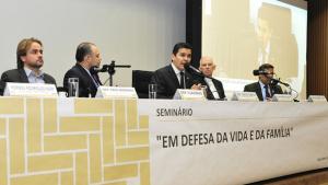 """Deputado quer """"direito à vida desde a concepção"""" para acabar com aborto no Brasil"""