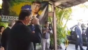 Continência de Bolsonaro para assessor dos Estados Unidos gera memes na internet