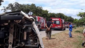 Colisão entre caminhão e kombi deixa duas pessoas feridas, em Goiânia