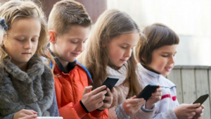 Vídeos da internet: Especialista alerta para risco de dependência em crianças