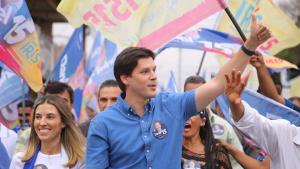 Daniel Vilela termina primeiro dia de campanha com caminhada na região noroeste de Goiânia