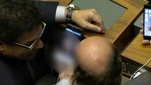 TV flagra deputados vendo vídeo pornô durante votação da reforma política