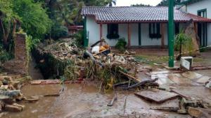 Forte chuva causa destruição e deixa moradores ilhados em Pirenópolis