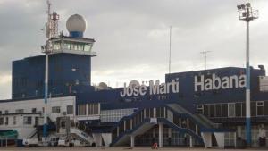 Avião com 113 pessoas cai logo após decolagem em Cuba