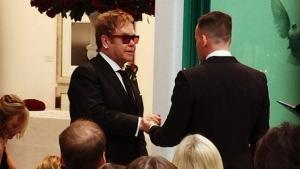 Cantor Elton John se casa com companheiro David Furnish