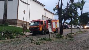 Corpo de Bombeiros resgata vítimas de temporal em Pirenópolis