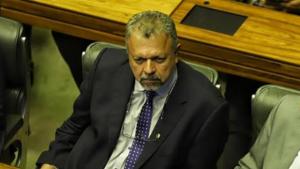 Elias Vaz diz que população quer um Parlamento mais ativo e que cobre mais do Executivo