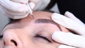 Quer fazer tatuagem ou maquiagem semidefinitiva? Veja riscos e cuidados a se tomar