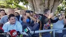 Durante coletiva, Bolsonaro incentiva apoiadores a hostilizar repórteres, que se retiram em seguida