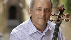 Filarmônica se apresenta com violoncelista Antônio Meneses