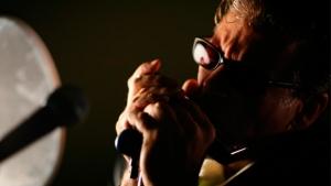 Goiânia recebe neste sábado gaitista americano Mitch Kashmar, lenda do blues internacional