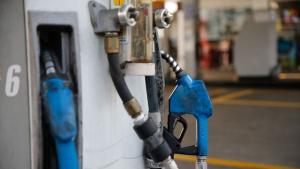 Com alta do dólar, Petrobras anuncia aumento do preço da gasolina e impactos atingem consumidores