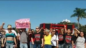 Em greve, servidores da Educação protestam na Prefeitura de Goiânia