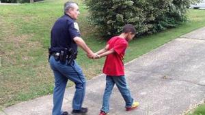 Mãe encena prisão do filho de 10 anos como castigo por mau comportamento na escola