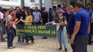 Grupo pede intervenção militar em protesto na Assembleia Legislativa de Goiás